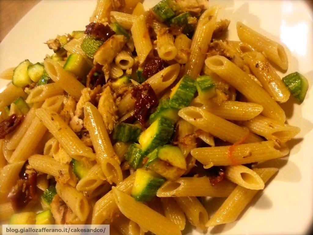 Pasta zucchine, sgombro e pomodori secchi