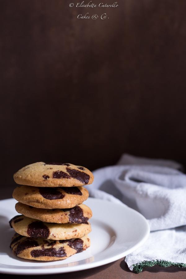 Cookies al cioccolato fondente i biscotti americani più famosi e più golosi.