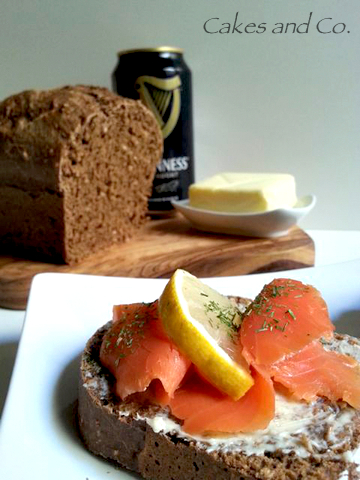 Salmone affumicato e pane nero alla Guinness