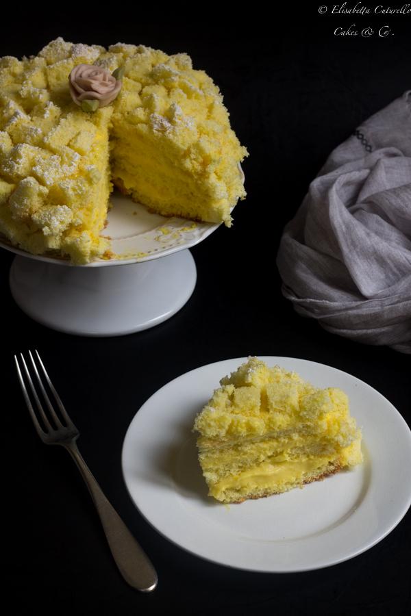Torta mimosa al limoncello con crema diplomatica per la festa delle donne un grande classico della pasticceria italiana, la fetta.