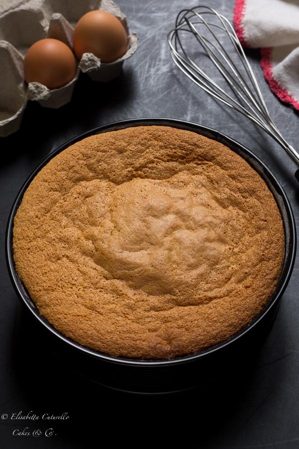 Il Pan di Spagna della Torta mimosa al limoncello con crema diplomatica per la festa delle donne un grande classico della pasticceria italiana