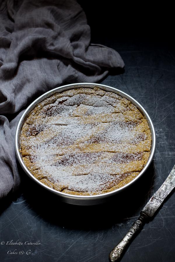 La ricetta della pastiera napoletana, dolce tipico della tradizione partenopea, un guscio di frolla racchiude un ripieno di di ricotta e grano cotto al profumo di agrumi.