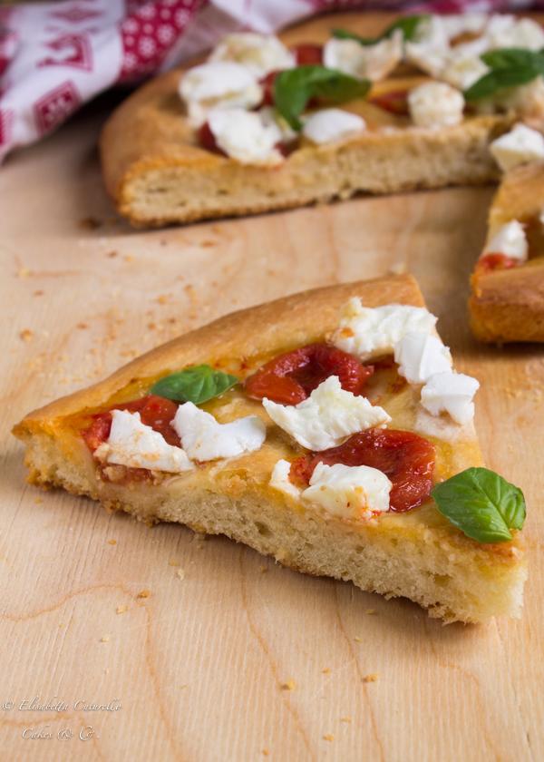 Focaccia alla semola con bufala pomodorini e basilico fresco di Persegani: fetta