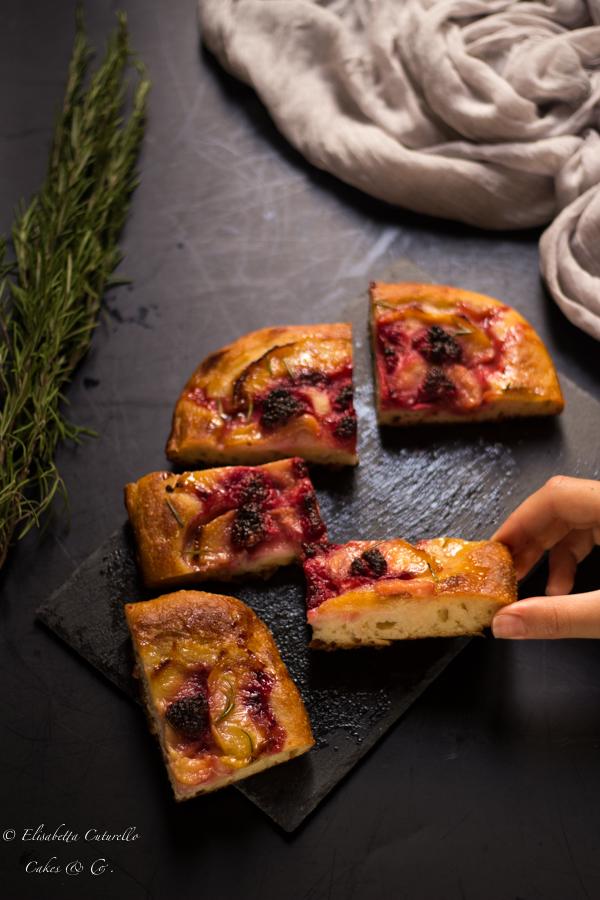 Focaccia dolce pesche lamponi e rosmarino un classico dei lievitati ma in versione dolce per una merenda super golosa