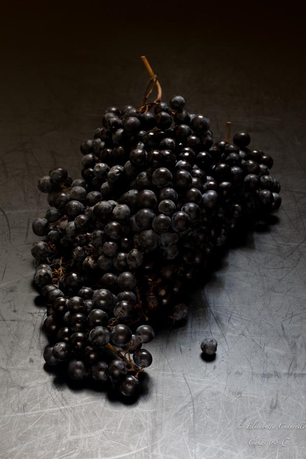 Schiacciata con l'uva o pan con l'uva dolce tipico toscano del periodo autunnale: grappolo d'uva canaiola