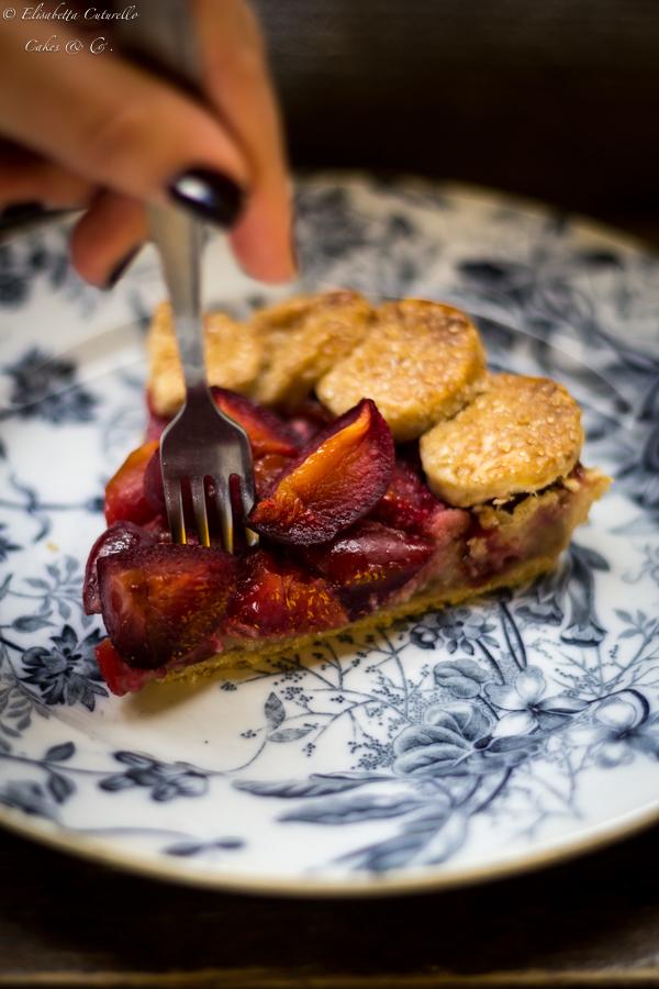 Torta brisè prugne e mandorle semplice e golosa