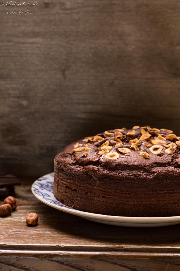 La torta al latte caldo cioccolato e nocciole conquisterà tutti gli amanti del cioccolato, perfetta a colazione o per una pausa golosa.