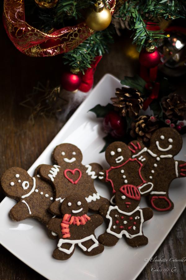 Gingerbreadman i biscotti di pan di zenzero a forma di omini da decorare scatenando la fantasia