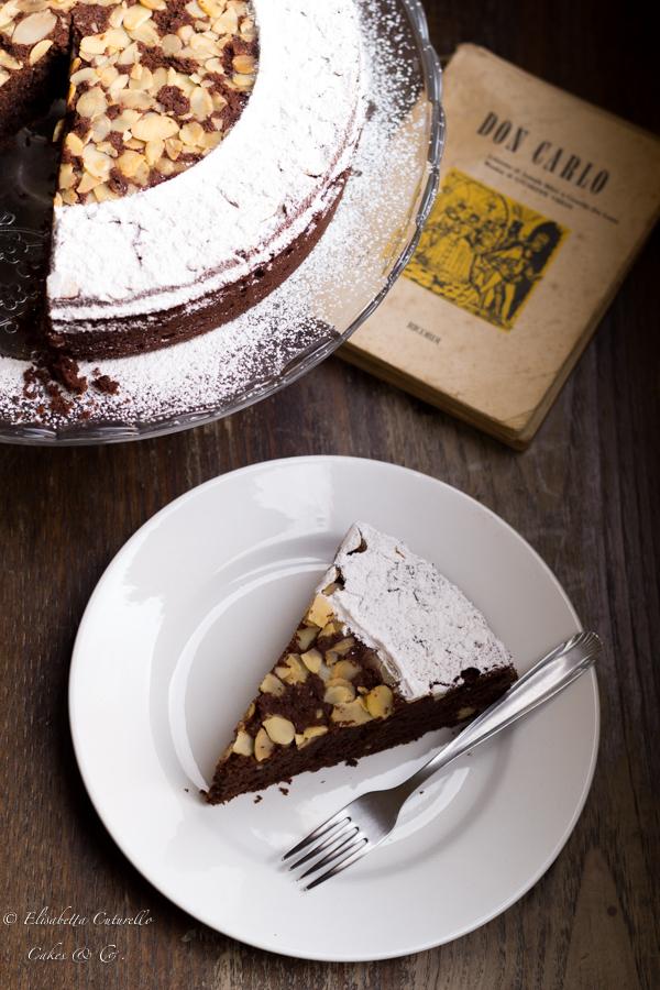 La torta Caprese, originaria dell'isola di Capri, una squisitezza di cioccolato fondente e mandorle nata per una dimenticanza