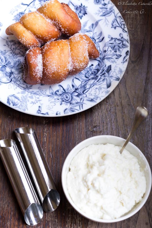 I macallè chiamati anche cartocci sono dei dolci tipici della tradizione pasticciera siciliana: morbidi cannoncini di pasta lievitata fritta farciti con crema di ricotta; una vera leccornia.