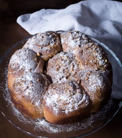 Torta di rose con crema al miele e nocciole e gocce di cioccolato fondente
