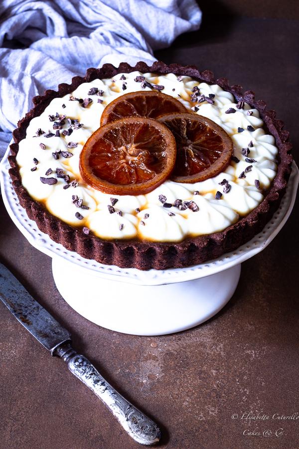 Crostata al cacao con marmellata d'arance amare, crema di ricotta montata e arance al brandy