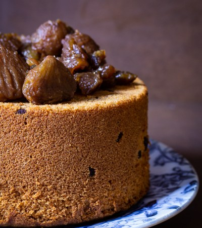 Chiffon cake alle castagne e gocce di cioccolato.