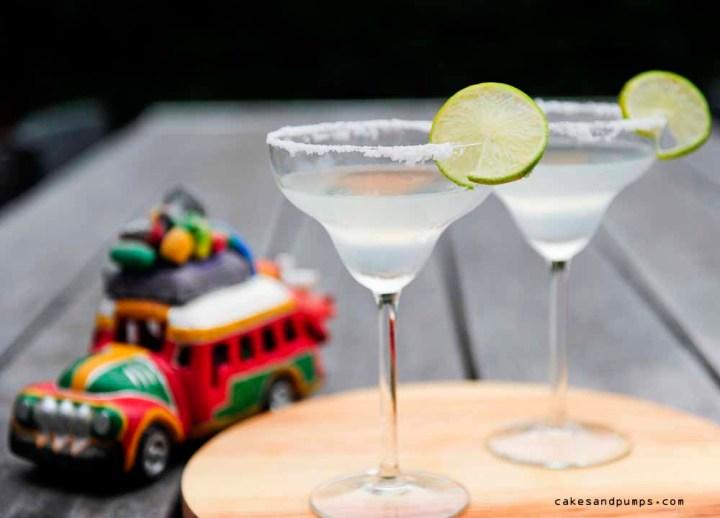 Cocktail Friday met een Margarita, een cocktail gemaakt met Tequila, recept op cakesandpumps.com