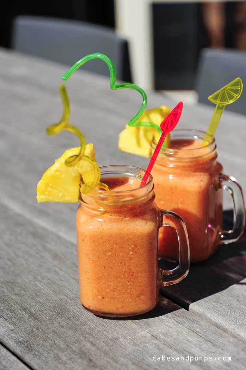 Mango, ananas en aardbeien smoothie