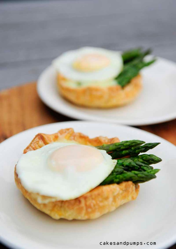 Little pie with green asparagus, hollandaise sauce and quail egg