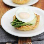 Little pies with green asparagus, Hollandaise sauce and (quail) egg