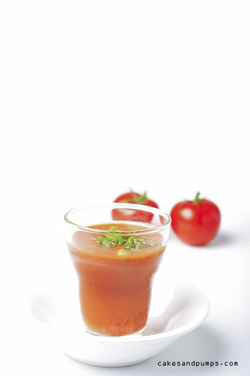 Voor Sundaysmoothie een tomaten sap met peper en lenteuitjes