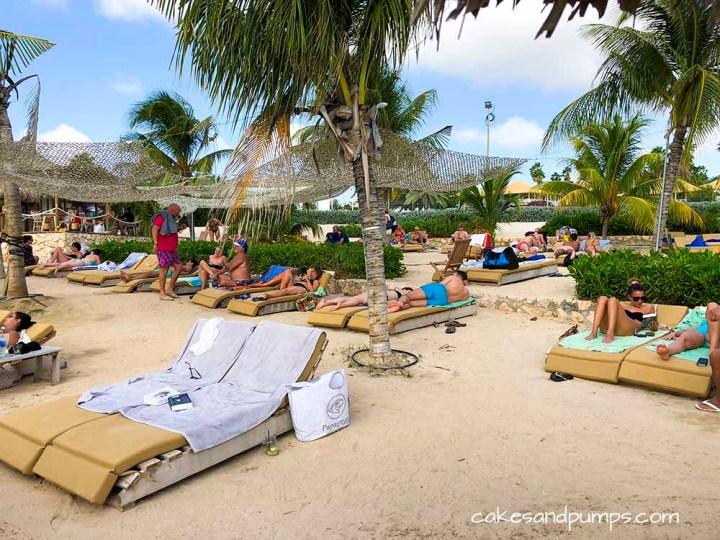Ligbedjes bij Koko's beach Curacao, cakesandpumps.com