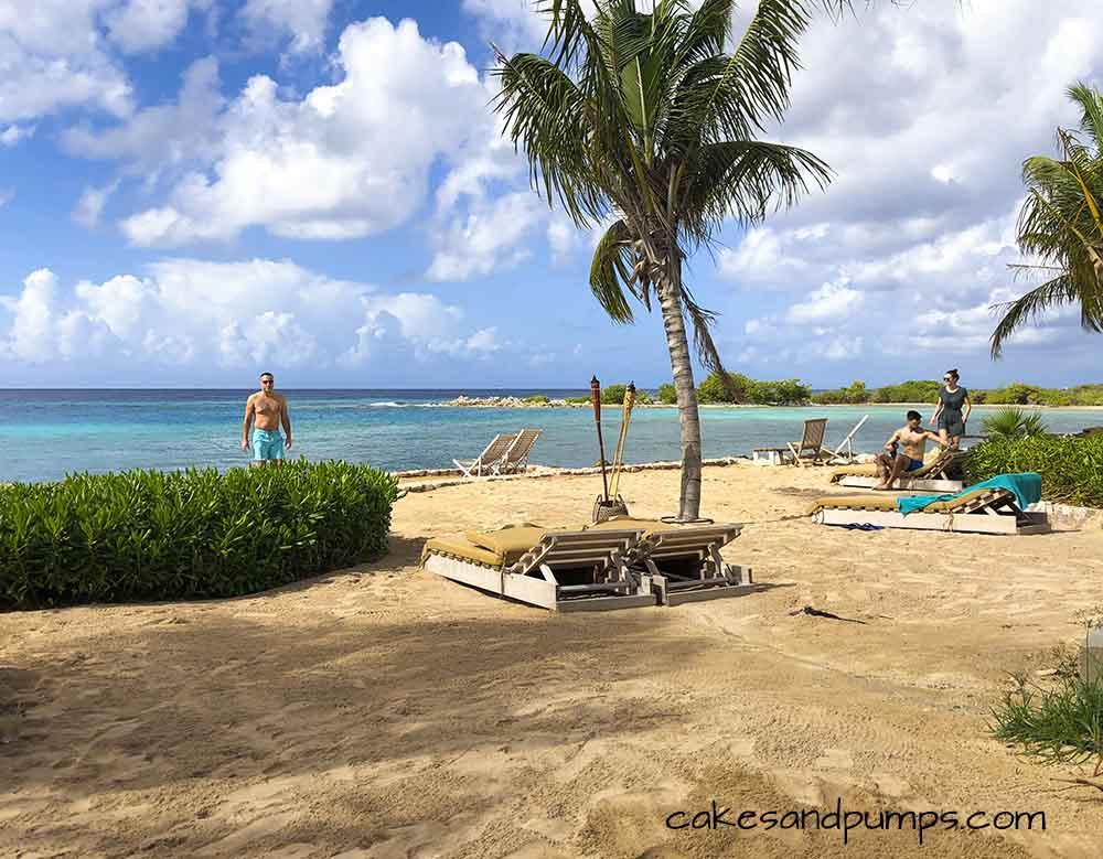 Kokos Beach Jan Thiel baai Curacao2, cakesandpumps.com