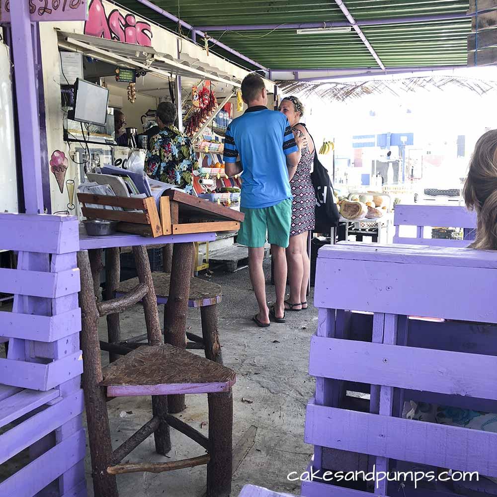 Groeten en Fruit Curacao - de fruitstal vanuit de tafeltjes bekeken
