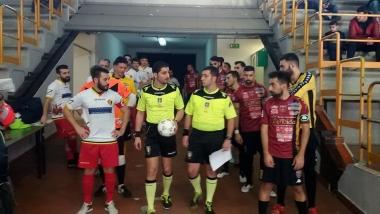 Le squadre e il duo arbitrale prima di entrare in campo