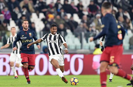 Juventus' Douglas Costa (R) and Genoa's Andrea Bertolacci in action during the Italian Serie A soccer match Juventus FC vs Genoa CFC at Allianz Stadium in Turin, Italy, 22 January 2018. ANSA/ALESSANDRO DI MARCO