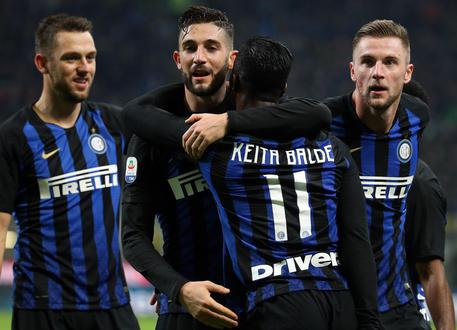 Inter Milan's Keita Balde jubilates with his teammates after scoring the goal  of 3 to 0 during the Italian serie A soccer match between Fc Inter and Frosinone  at Giuseppe Meazza stadium in Milan, 24 November 2018. ANSA / MATTEO BAZZI