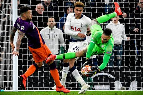 epa07495125 Manchester City's goalkeeper Ederson (R) in action against Tottenham's Dele Alli (C)   during the UEFA Champions League quarter final first leg soccer match between Tottenham Hotspur and Manchester City at Hotspur Stadium in London, Britain, 09 April 2019.  EPA/NEIL HALL