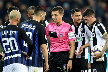 Referee Gianluca Rocchi talks with players during the Italian Serie A soccer match Udinese Calcio vs FC Inter at the Friuli-Dacia Arena stadium in Udine, Italy, 04 May 2019. ANSA/STEFANO LANCIA
