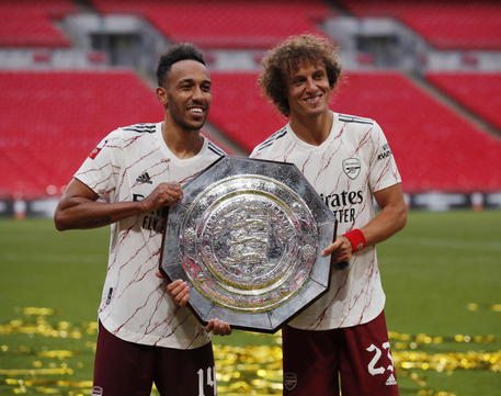 epa08634369 Pierre-Emerick Aubameyang and David Luiz of Arsenal celebrate with the trophy during the FA Community Shield match between Arsenal London and Liverpool FC at the Wembley stadium in London, Britain, 29 August 2020.  EPA/Andrew Couldridge / POOL