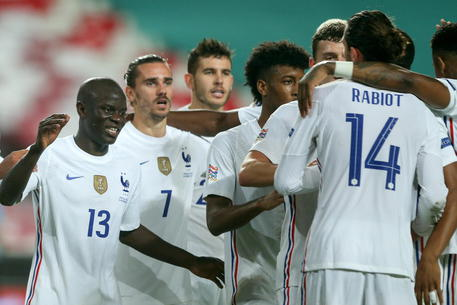 epa08820858 French player N`Golo Kante (L) celebrates with his teammates after scoring a goal against Portugal during their UEFA Nations League group 3 soccer match held at Luz Stadium, in Lisbon, Portugal, 14 November 2020.  EPA/MANUEL DE ALMEIDA