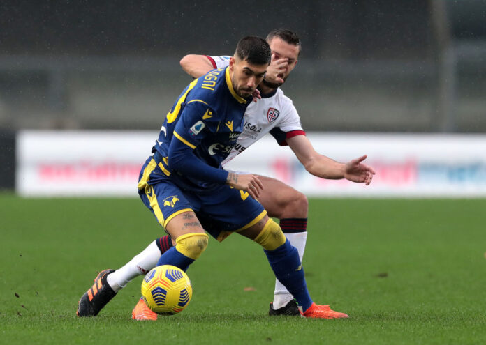 VERONA, ITALY - DECEMBER 06: Mattia Zaccagni of Hellas Verona F.C.  battles for possession with Sebastian Walukiewicz of Cagliari Calcio  during the Serie A match between Hellas Verona FC and Cagliari Calcio at Stadio Marcantonio Bentegodi on December 06, 2020 in Verona, Italy. Sporting stadiums around Italy remain under strict restrictions due to the Coronavirus Pandemic as Government social distancing laws prohibit fans inside venues resulting in games being played behind closed doors. (Photo by Emilio Andreoli/Getty Images)