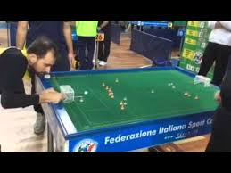 Riprese video di una partita di subbuteo
