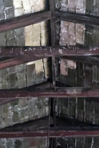 Inscripción en tiza. Fecha de construcción de la nave MANZANO