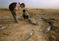 Ирак. Дети играют с невзорвавшимися снарядами...