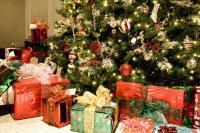 Рождественские подарки и украшения (Фото: Cheryl E. Davis, Shutterstock)