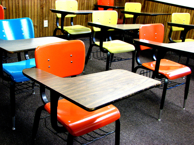 school-desks-1418686-640x480