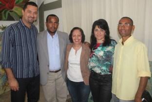 Prefeito de Serrinha Osni, Prefeito Adriano, Cecilia Petrina, presidente do CODES Vice-prefeita Ivana Meury e Cirilo do Setor, liderança comunitária