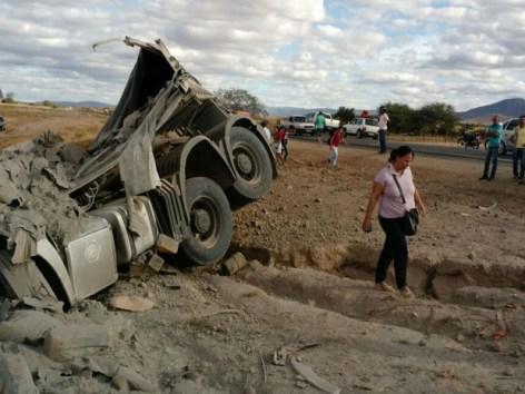 Carreta que transportava cimento tombou na BR-122