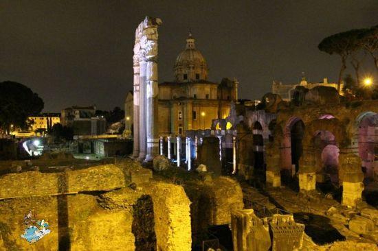 Foros romanos de noche