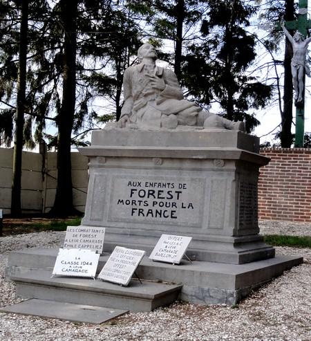Calvaire derrière le monument aux Morts appartenant à la Commune de Forest.