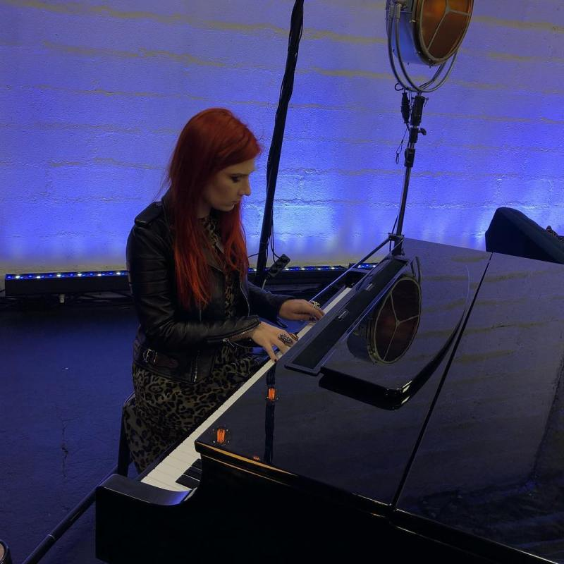 Adeline Toniutti jury Together M6 au piano