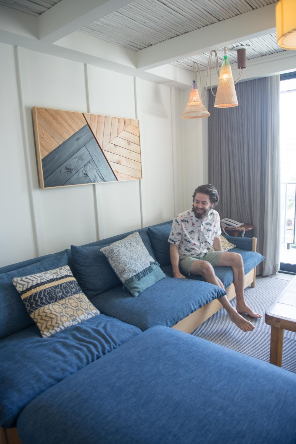 Places to Stay in Oahu, Hawaii: The Surfjack Hotel - living room #camandtay #camlee