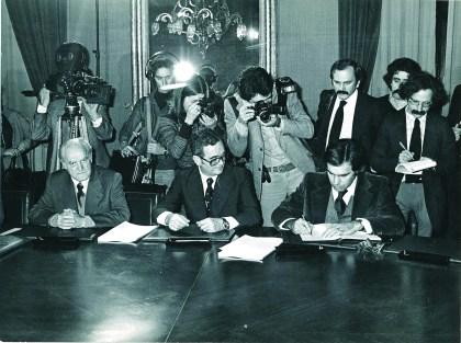 UN PAÍS EXPECTANTE. La sociedad española, acostumbrada a cuatro décadas de dictadura, siguió con máxima expectación lo que ocurría en el Palacio de La Moncloa. Medios de comunicación de todo el mundo cubrieron la reunión, e incluso hubo ciudadanos que se acercaron a la sede de la Presidencia.