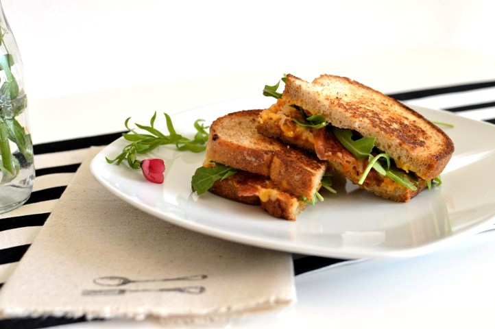 grilled cheese with apricot jam and crispy prosciutto
