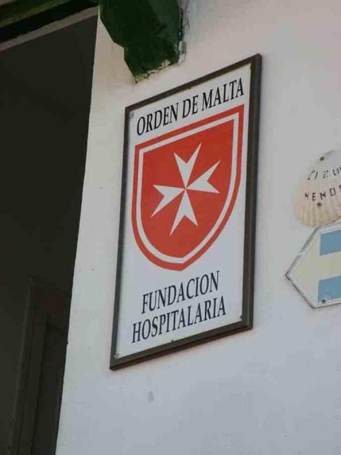 Cizur Minor 06 albergue 06 sign of Knights of Malta