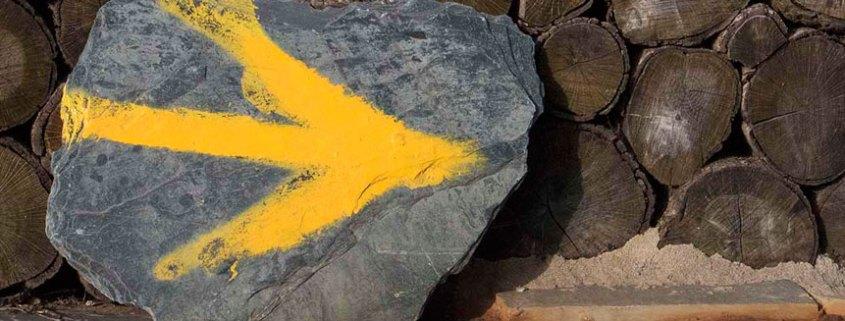 Flecha amarilla indicadora camino de Santiago
