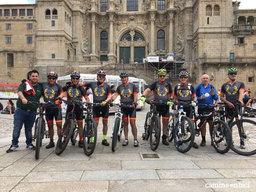 Grupo de Camino en Bici a su llegada la Catedral de Santiago