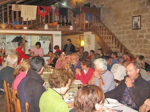 Gemeinsames essen in der Pilgerherberge von Granon.